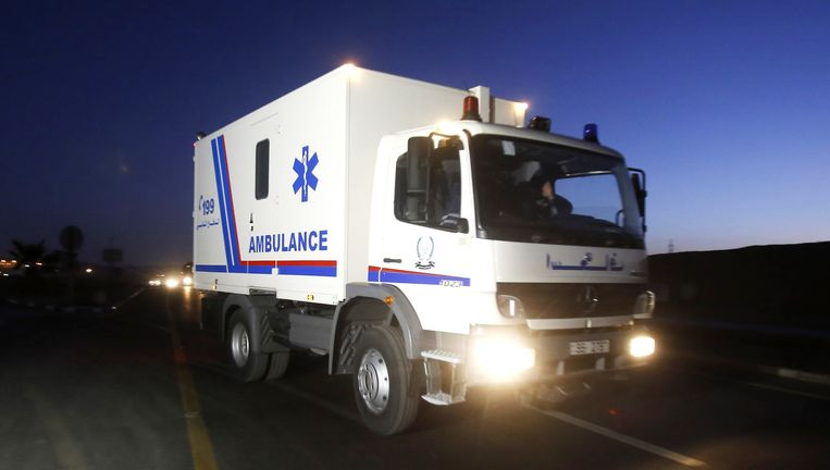 Een ambulance brengt de lichamen van Sajida al-Rishawi en Ziad al-Karbouly na hun executie in de Swaqa-gevangenis.