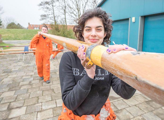 Merel Klop (15) kan niet wachten tot het botenonderhoud bij scouting De Zandkreekgroep weer gedaan is. Zodra de boten in het water liggen, kan Merel weer doen wat ze het liefste doet: zeilen op het Veerse Meer.
