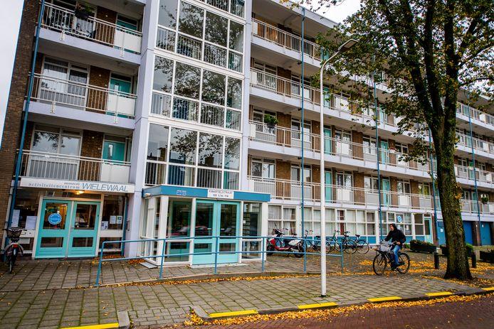 Op de vierde verdieping van deze flat aan de Kwartelstraat hadden buren last van vliegenoverlast nadat er wekenlang een lichaam in een woning heeft gelegen.