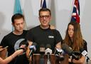 Laurent Hayez (midden) spreekt de pers toe na de verdwijning van zijn zoon.