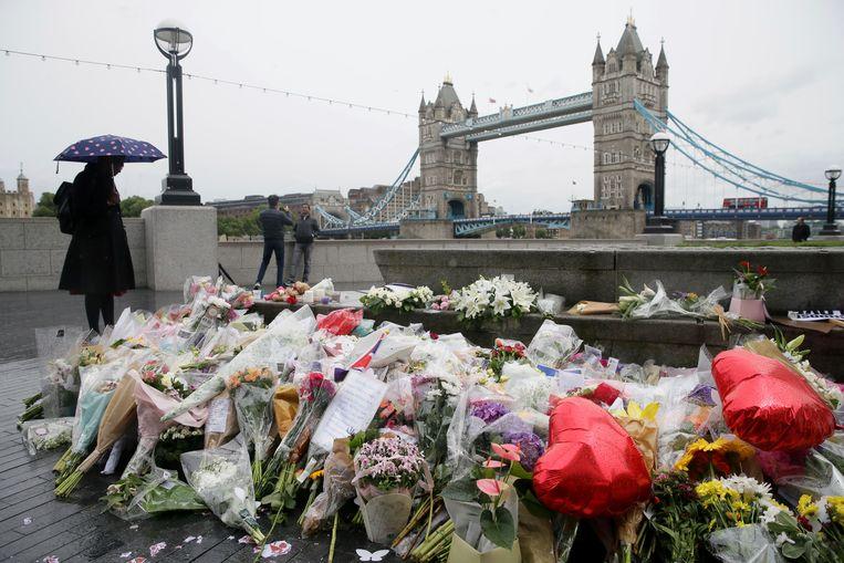 Bloemen als herdenking aan de slachtoffers van de aanslag op London Bridge, in juni van dit jaar.
