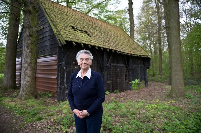 Corry Hendriks (85 jaar) bij de timmerwerkplaats van de Heerlijkheid Horssen waar onderduiker Max Christern zich verborgen hield.