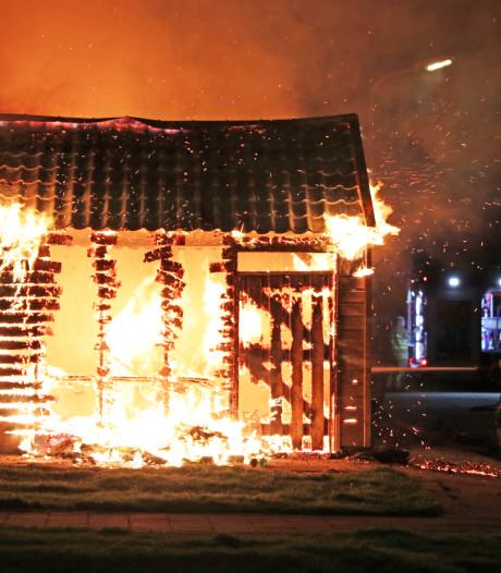 Felle brand verwoest schuur op Urk