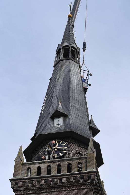 De klok in Oploo krijgt nieuwe wijzerplaten en wijzers.