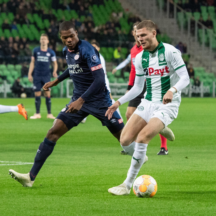 Denzel Dumfries in duel met Django Warmerdam van FC Groningen.