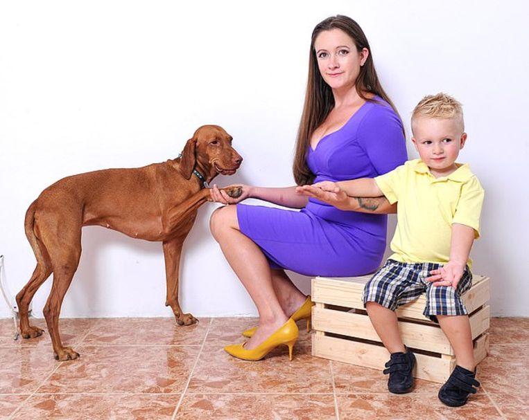 Jo-Rosie Haffenden met haar zoontje Santino en haar hond Ella.