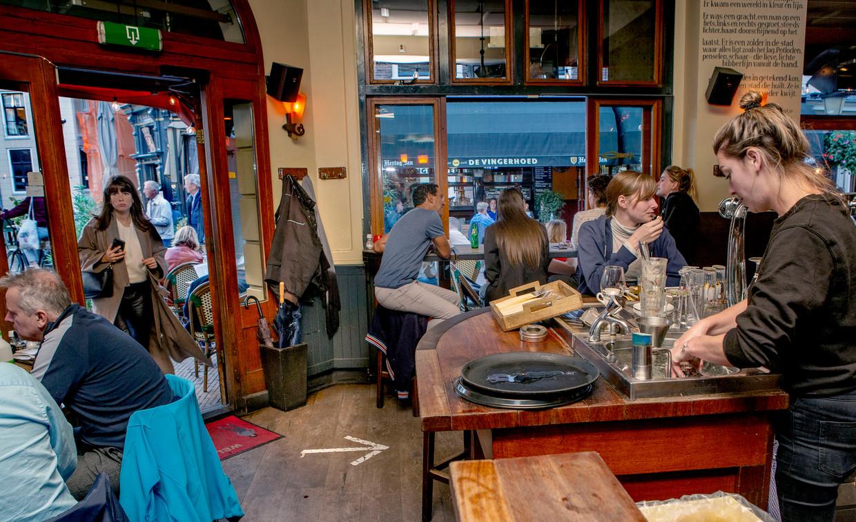 Café Orloff in Utrecht, vrijdagavond. Premier Rutte hield deze avond een persconferentie, waar onder meer bekend is gemaakt dat de horeca vroeger moet sluiten.