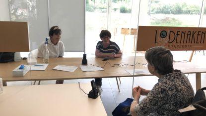 Bezoek aan woonzorgcentra weer toegelaten: Lèneke (85) praat met dochters vanachter glas