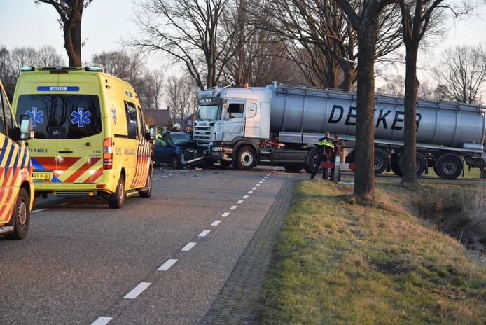De vrachtwagen en de auto zijn hard met elkaar in botsing geraakt.