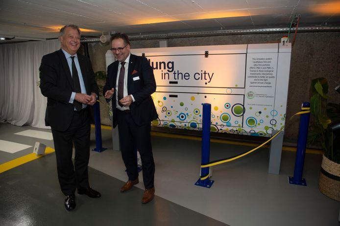 De CEO van Interparking Roland Cracco en Antwerps schepen Koen Kennis (N-VA). Achteraan: de luchtzuiveringsinstallatie.