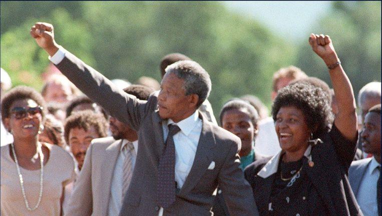 Mandela met zijn (voormalige) vrouw Winnie in februari 1990 na zijn vrijlating uit de gevangenis op Robbeneiland. Beeld ANP