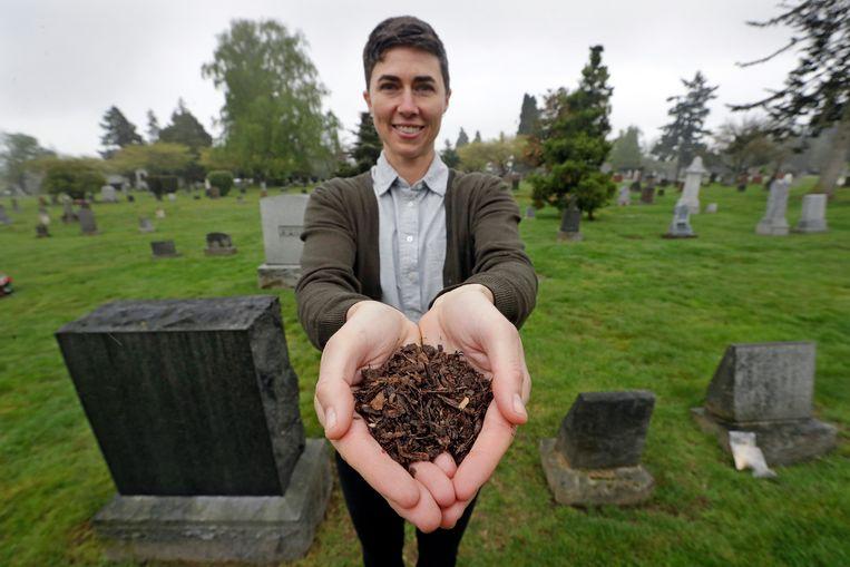 Katrina Spade, baas en oprichter van Recompose, een bedrijf in de staat Washington dat het composteren van menselijke lichamen wil populariseren ten voordele van begraven of cremeren. De vrouw poseert op een kerkhof in Seattle.