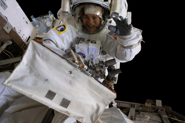 Marien bioloog Jessica Meir zwaait naar de camera.  Beeld EPA/ Nasa