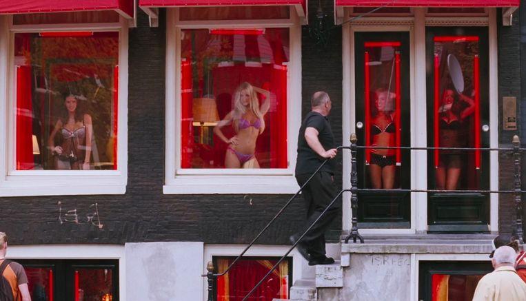 Vrouwen achter het raam. Deuce vraagt zich af of ze weten dat de gordijnen open zijn. Beeld RV