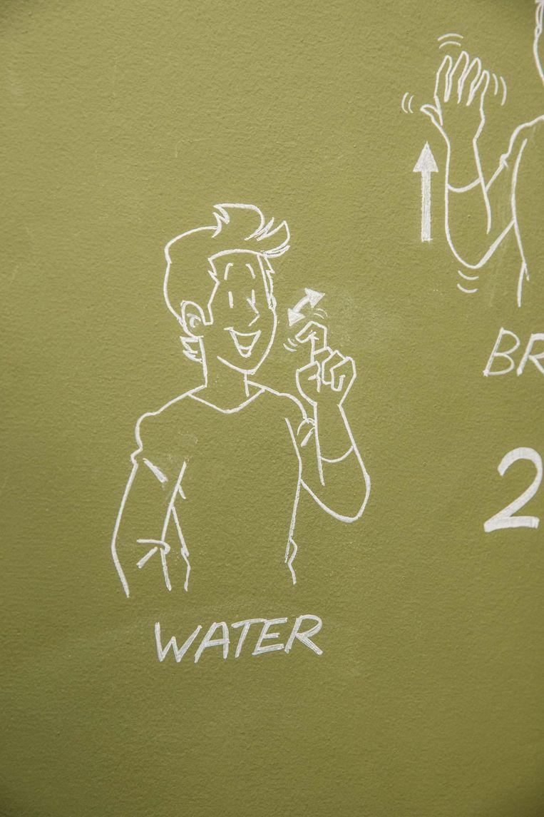 Filip Heyninck tekende de hele muur achter de toog vol. Zo kunnen klanten zien hoe ze bijvoorbeeld water of ...