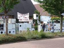 Abraham Alex krijgt 50 wasmachines in zijn voortuin