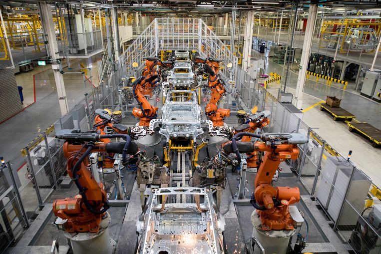 Robots aan het werk bij autofabrikant VDL Nedcar in Born. Beeld ANP