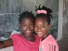 Kinderen bakken cupcakes voor Afrika