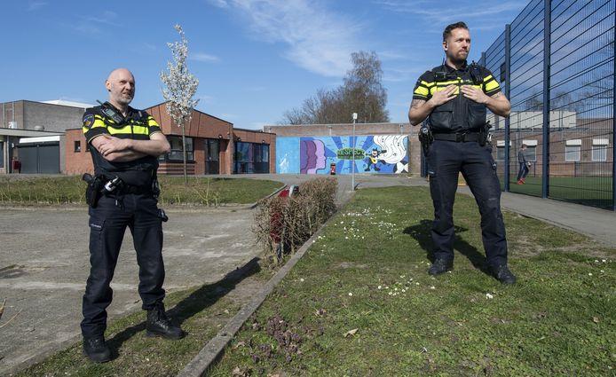 Wijkagent Dennis Baaijens (rechts) en jeugdagent Michel Schoppmann op hun dagelijkse ronde langs plekken in Glanerbrug waar jongeren overlast veroorzaken.