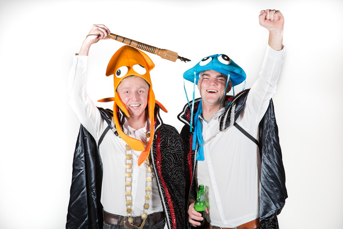 King Tim Engbers en admiraal Koen Sonder van Jongeren Carnavalsvereniging de Dwarsliggers uit Deurningen.