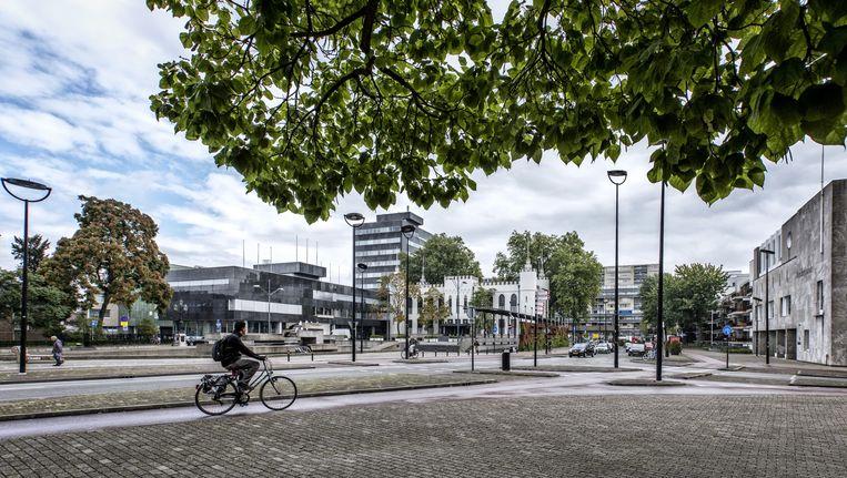 Het zwarte stadskantoor en het witte paleis-raadhuis - 'bruidegom en bruid' - in het centrum van Tilburg. Beeld Raymond Rutting / de Volkskrant