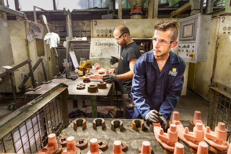 Erik in de fabriek in Nieuw Vennep.     Beeld null