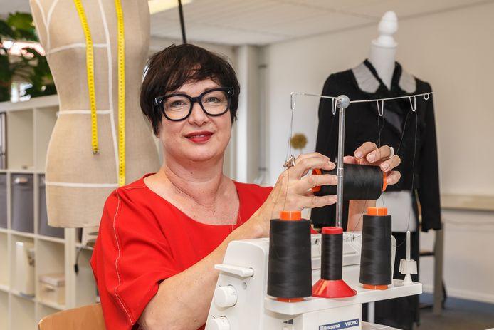 Karin van Oosten in haar nieuwe atelier.