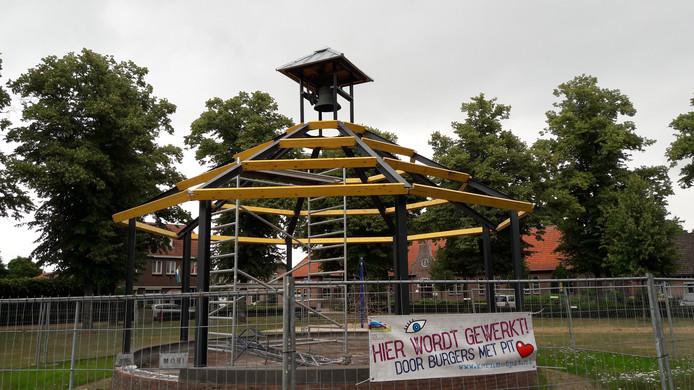 De nieuwe kiosk met klok bovenin vordert gestaag in Stevensbeek.