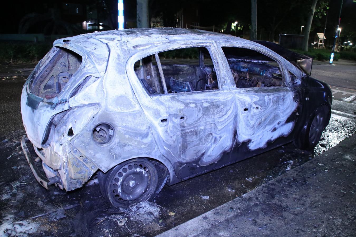 Het voertuig brandde volledig uit.