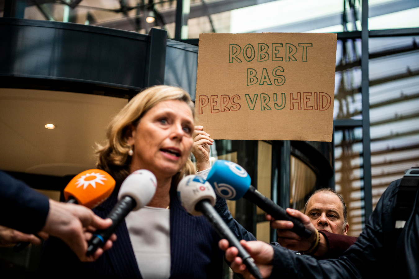 Journalisten protesteren bij de rechtbank in Rotterdam tegen het vastzetten van Robert Bas.