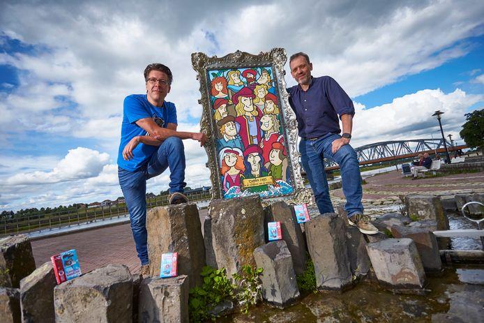 Derk-Jan Rouwenhorst (L) en John Post(R) van Toonworkz uit Zutphen maakten de spelkaartjes voor het Hanzekwartet. In de grote lijst zijn alle figuren te zien die voorkomen in het spel.