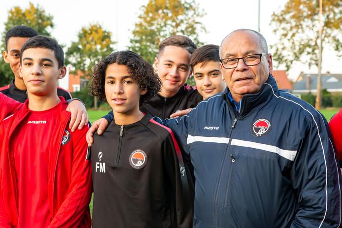 Mohammed Iflahen is ook op zijn 71ste nog actief als trainer van de jeugd.