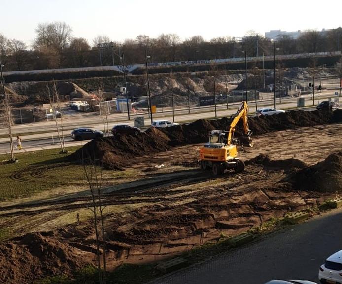 Het plantsoen tussen Philitelaan (achter) en Torenallee op Strijp-S in Eindhoven wordt tijdelijk omgebouwd tot gronddepot voor bouwgrond.