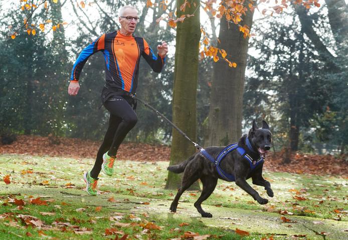 Egon Meuleman met hond in actie in het sportpark in Uden.