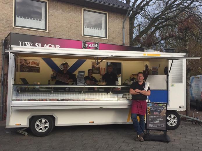 De verkoopwagen van slager Bennie Ekkel voor de deur van zijn zaak in Den Ham.