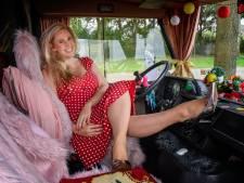 'Gek wijf' Daphne Gakes terug in Harderwijk met show over haar losbandige leven: 'leven doe je door te spelen'