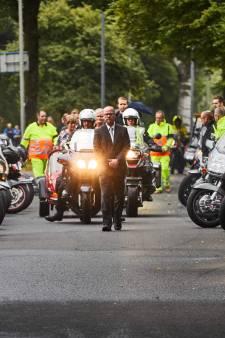 Indrukwekkend eerbetoon aan overleden verkeersregelaar Bert uit Hellevoetsluis