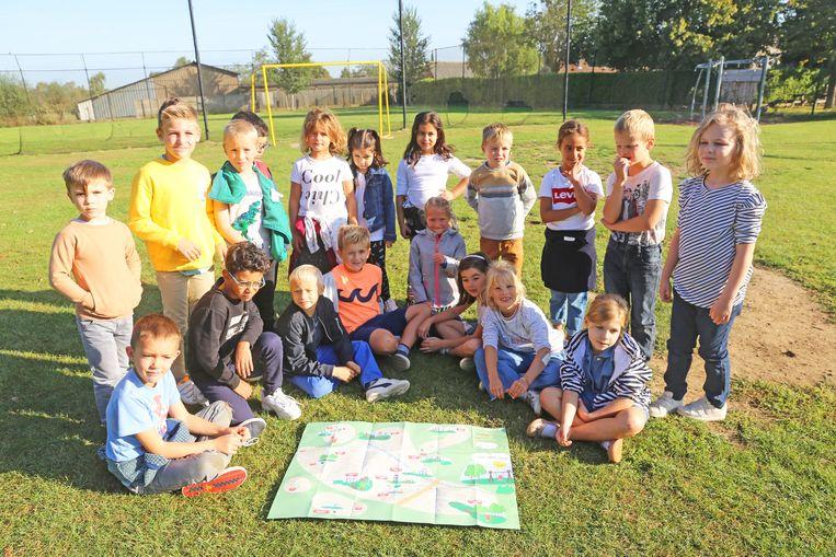 De leerlingen van basisschool De Springplank kregen de buitenspeelkaart voor het eerst te zien vanmorgen.