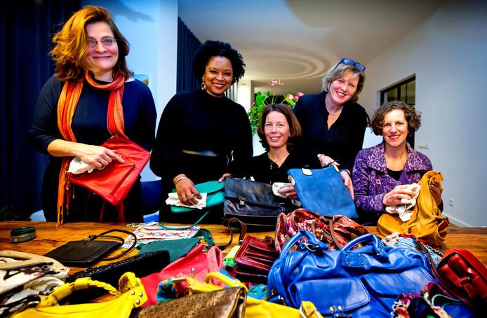 De dames van Zonta hebben nog genoeg tassen om op te knappen.