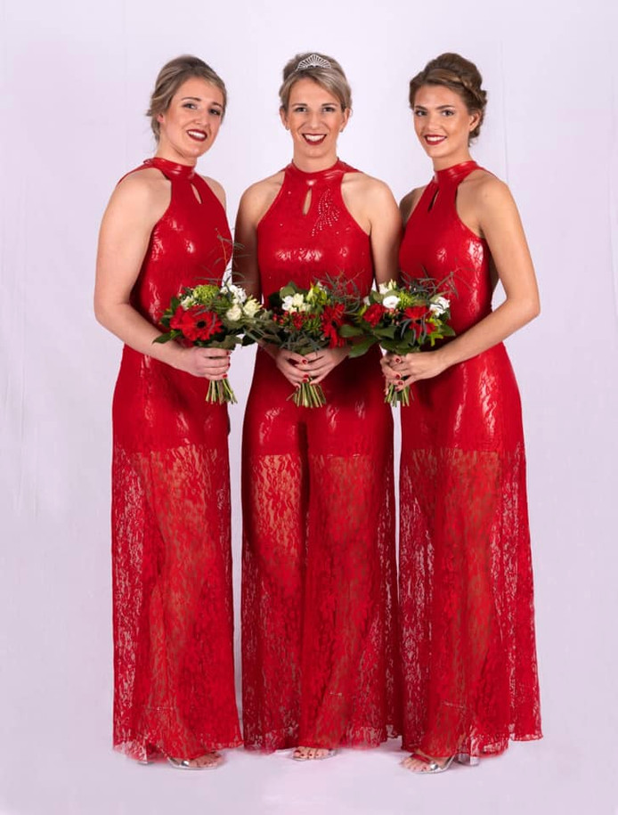 Manou van der Linden (midden) is Kersenkoningin 2020. Naast haar de hofdames Lindy Vervoort en Daphne Slegers.