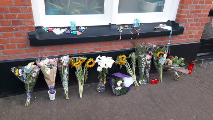 Voor de rijtjeswoning van Sarah Kolenberg aan de Tubantiastraat in Enschede werden enkele dagen na haar dood bloemen en kaartjes neergelegd.