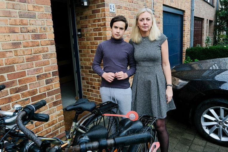 Sandra Overmeire en haar zoon zijn het beu dat ze elke dag drie uur verliezen in de files rond het Woluwedal.