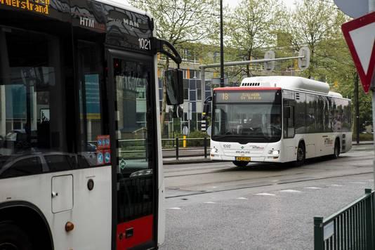Een bus van vervoersmaatschappij HTM bij station Rijswijk.