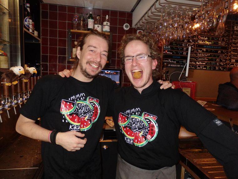 Sous-chef Jesse Oudejans en chef Timothy Wareman, brouwer van de Kika-bieren Beeld Schuim