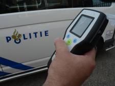 Automobilist slingert over de weg en blaast 'in luchtledige' bij blaastest in Moerdijk