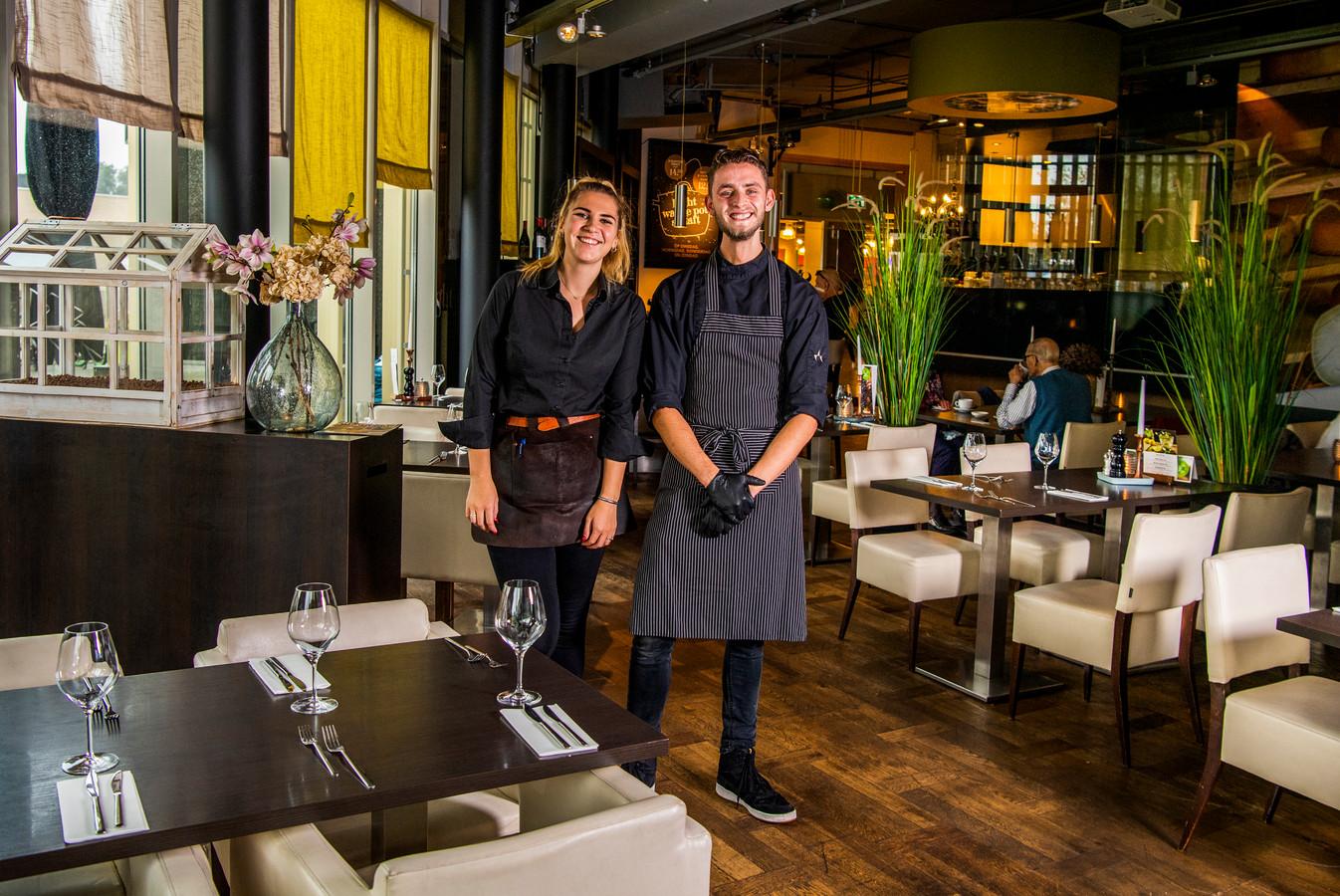 Medewerkers Silke van den Hoek (bediening) en Dion de Bruin - werkzaam in de keuken - van grand café Eight in Alphen.