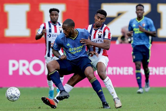 Driess Saddiki (r) in duel met Feyenoorder Leroy Fer.