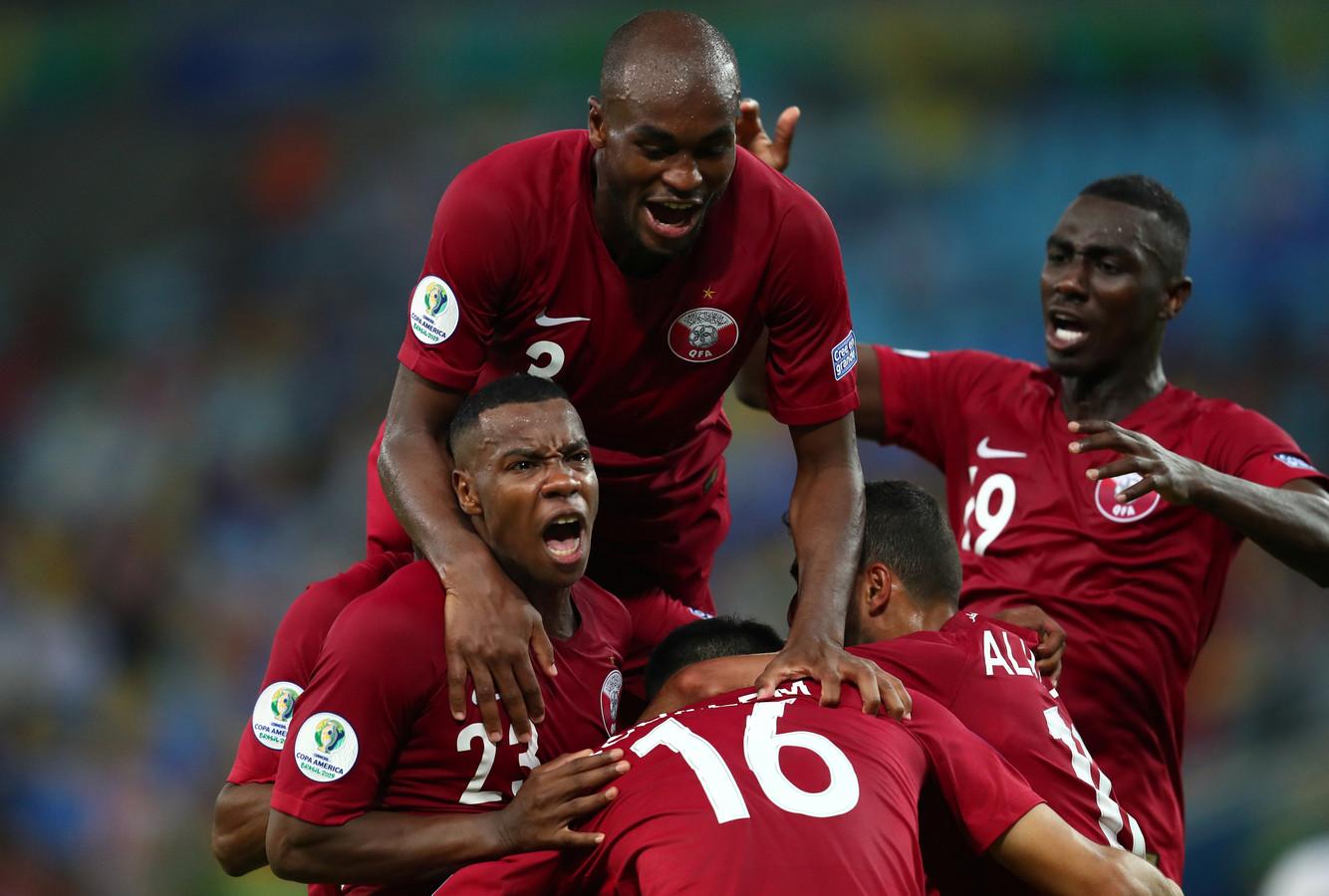 Boualem Khoukhi wordt bedolven door medespelers na de 2-2.