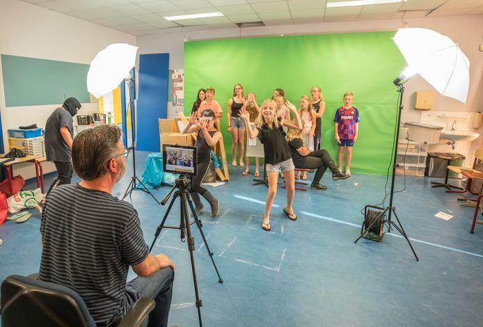 Groep 8 van basisschool de Vliete maakt een heuse eindmusical-film.