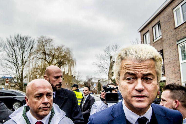 PVV-leider Geert Wilders tijdens een verkiezingscampagne in Nissewaard in aanloop naar de gemeenteraadsverkiezingen. Beeld anp